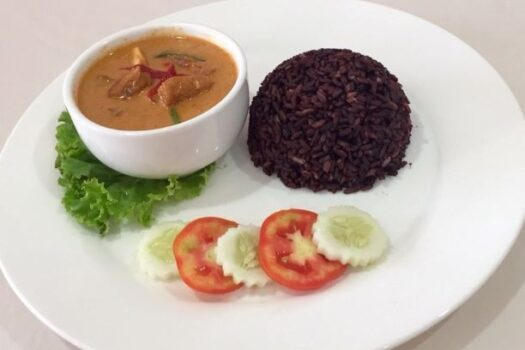 Tempeh panaeng with black rice