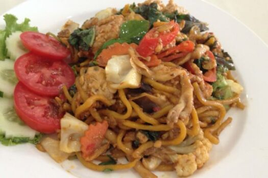 Stir fried spicy noodles with tempeh